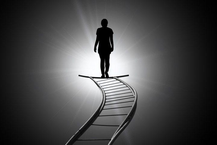 Menschen, die sich in ihrer Existenz bedroht sehen, begehen Suizid aus Angst und Verzweiflung.