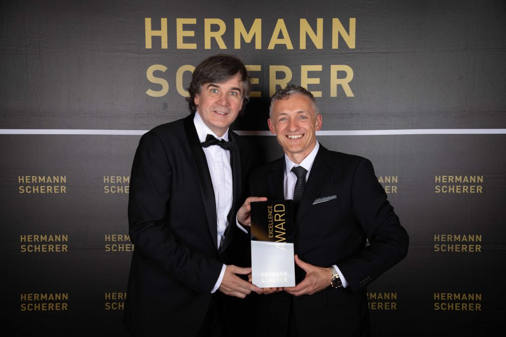 Verleihung des Excellence-Awards durch Hermann Scherer an Michael H. Linnig